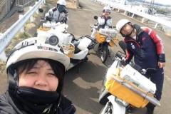 Trya dan Wirsa, Alumni Asahi Shinbunsei sedang melatih Siswa yang baru saat loper koran.