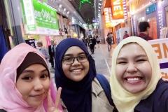 Yosi san, Rahma san dan Finsy san.